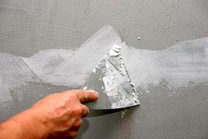 Заделывание трещин штукатурки на стене