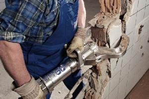 Демонтаж кирпичных стен постройки