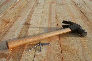 Как отремонтировать скрипящий пол